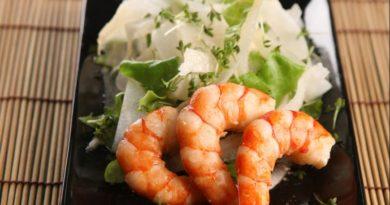 Салат с дайконом и креветками