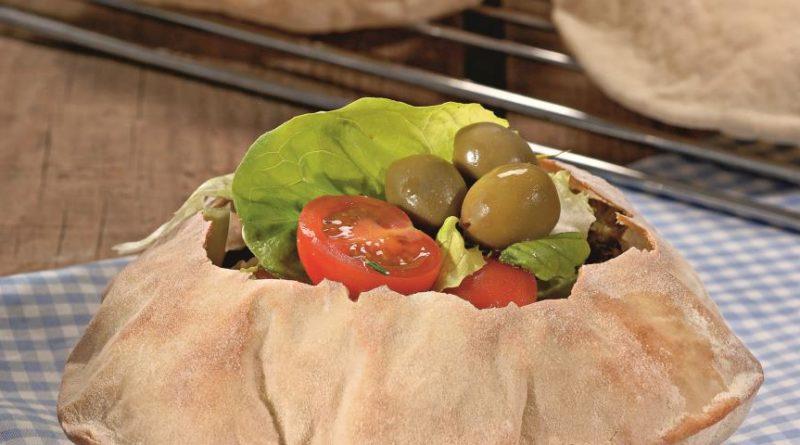 Хлебная миска с салатом