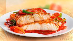 Белая рыба с соусом и овощами