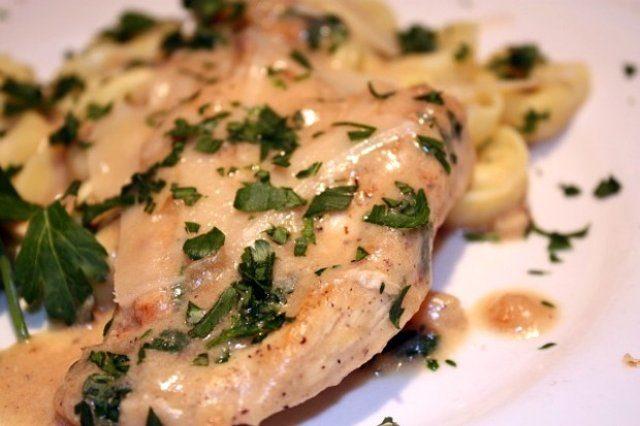Диетическая куриная грудка понравится всем, кто соблюдает диету, ведь она обладает нежным, утонченным вкусом