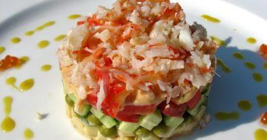 Сaлат с крабовым мясoм и помидорами
