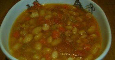 Фасолевый суп с грудинкой в мультиварке