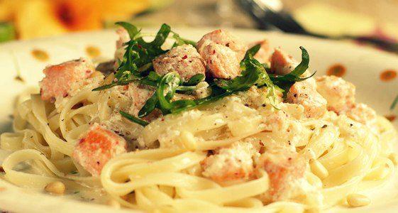 Курица со спагетти и чесночным соусом в мультиварке