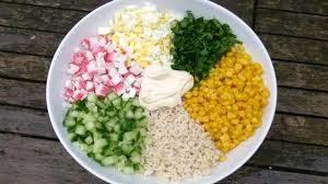 Салат с крабовыми палочками, рисом и огурцом
