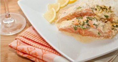 Лосось запеченный под соусом из трав и салаты с лососем