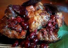 Мясо, тушеное в соке красной смородины