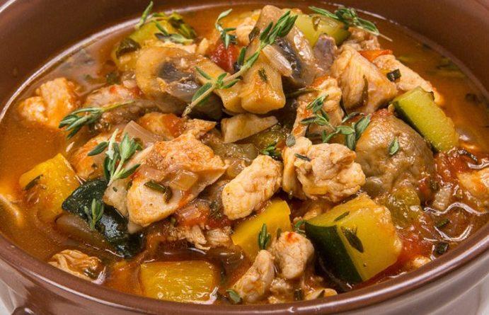 Овощное рагу с курицей — одно из самых любимых осенних блюд