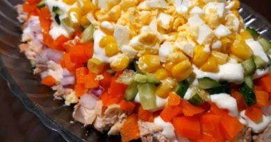 Сытный, вкусный и к тому же простой в приготовлении и ингредиентах салатик. Отлично подойдет для повседневного меню и украсит любой празднийный стол