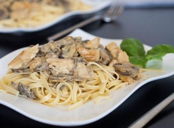 Паста с грибами и курицей в винно-горчичном соусе