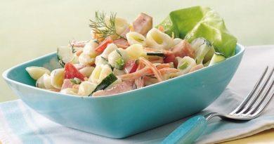 Простой салат с ветчиной, помидорами и свежими огурцами