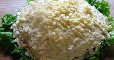 Куриный салат с яблоком и грибами