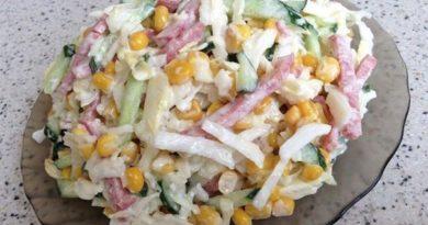 Салат с капустой, огурцами и копченной колбасой