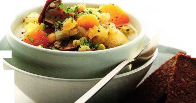 Старомодный деревенский суп с грибами, горохом и перловкой