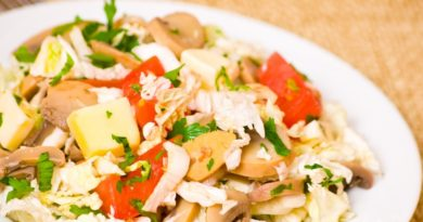 Салат с курицей, грибами и овощами
