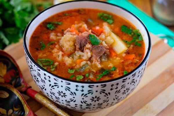 Рассольник по-ленинградски, с говядиной, рисом и томатной пастой