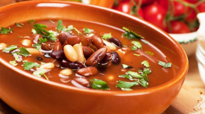 Суп с курицей, овощами и фасолью