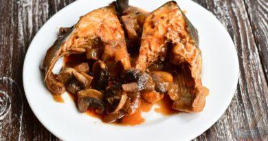 Горбуша, тушенная в томатном соусе с грибами
