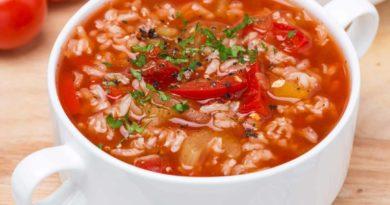 Рисовый суп с куриным филе и томатной пастой
