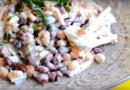Фасолевый салат с сухариками, грецкими орехами и чесноком