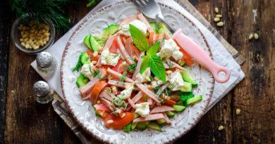 Салат с колбасой, свежими огурцами и яйцами