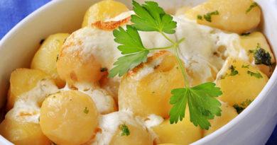 Молодая картошка в сметане с чесноком