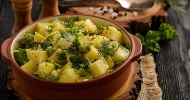 Картофельный салат с зеленью и уксусом