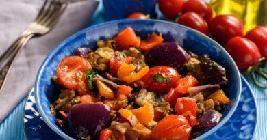Салат из жареных овощей с уксусом