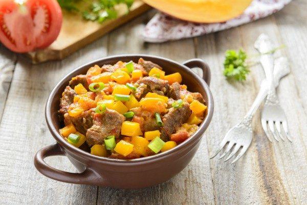 Тушеная говядина с тыквой и помидорами