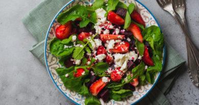 Салат с клубникой, свеклой и фетой