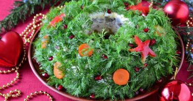 Салат «Рождественский венок» с куриным филе, сыром и яйцами