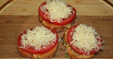 Яичные гренки с фаршем, помидорами и сыром