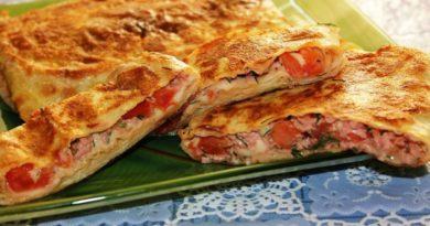 Закрытая пицца в лаваше с колбасой, сыром и помидорами (на сковороде)
