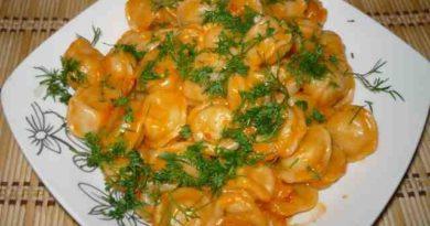 Пельмени, запечённые в сметанно-томатном соусе