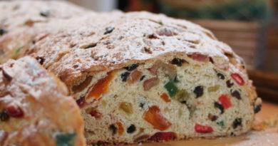 Сдобный рождественский хлеб с цукатами, сухофруктами, орехами и пряностями