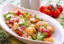 Салат из помидоров с луком и чесночными сухариками