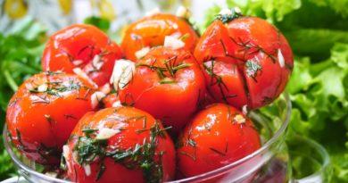 Быстрые маринованные пикантные помидоры