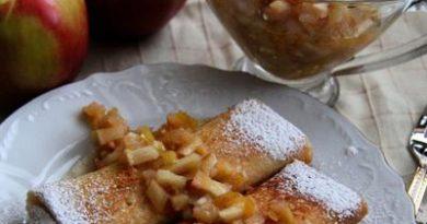 Дрожжевые блины с яблочно-грушевым соусом