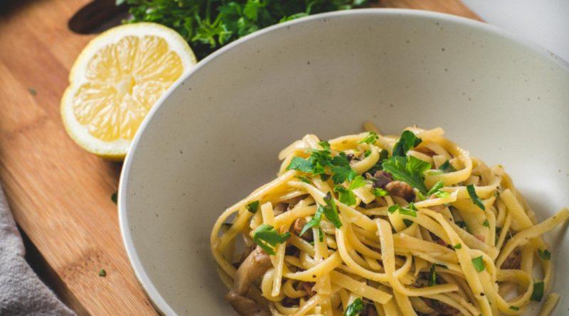 Сливочные макароны с петрушкой, лимоном и чесночком