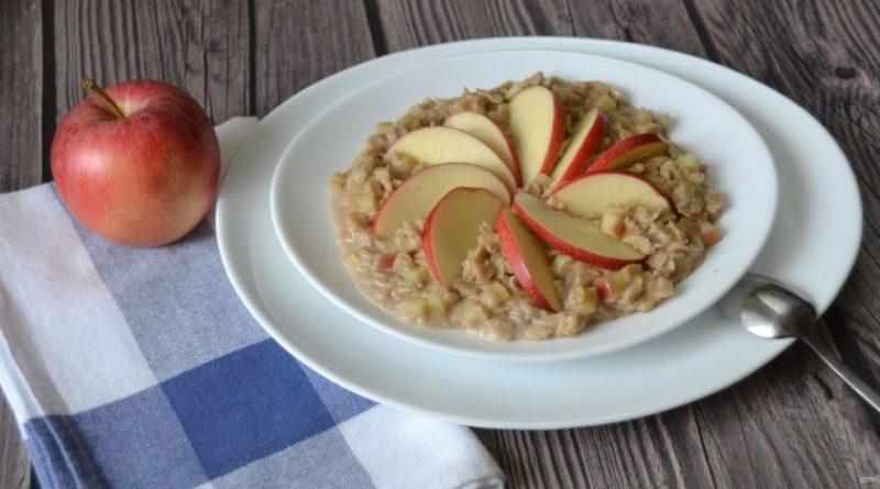 Овсяная каша с яблоками - отличный вариант для завтрака