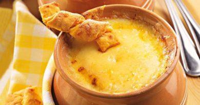 Французский луковый суп с сырными палочками
