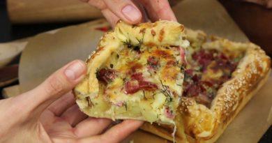 Слоёный дрожжевой пирог с картофелем, ветчиной и сыром