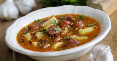 Острый суп с колбасками