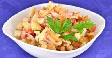Салат из помидоров с варено-копченой грудинкой, сыром и сухариками