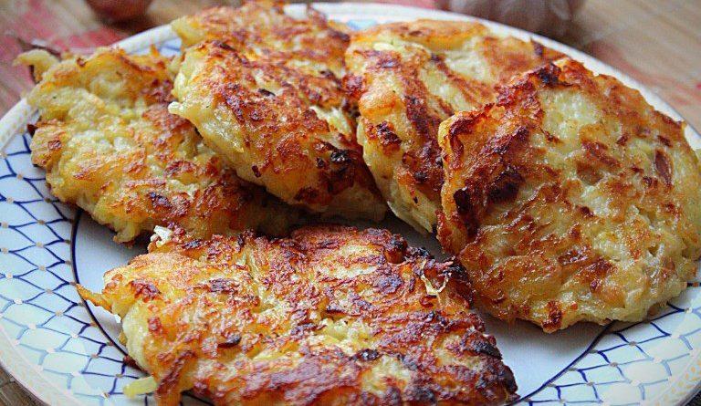 Картофельные оладьи с жареным луком