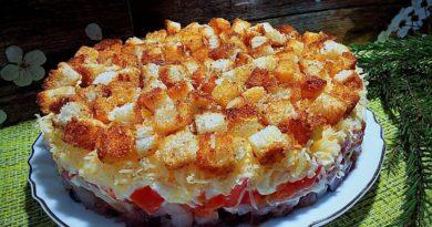 Любимый салат из сельди с помидорами и сухариками