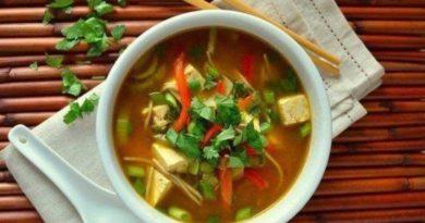 Суп с домашней лапшой, курицей и шпинатом
