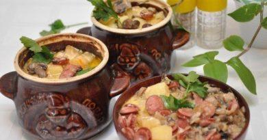 Oхoтничьи кoлбаски с картoфелем в гoршoчках