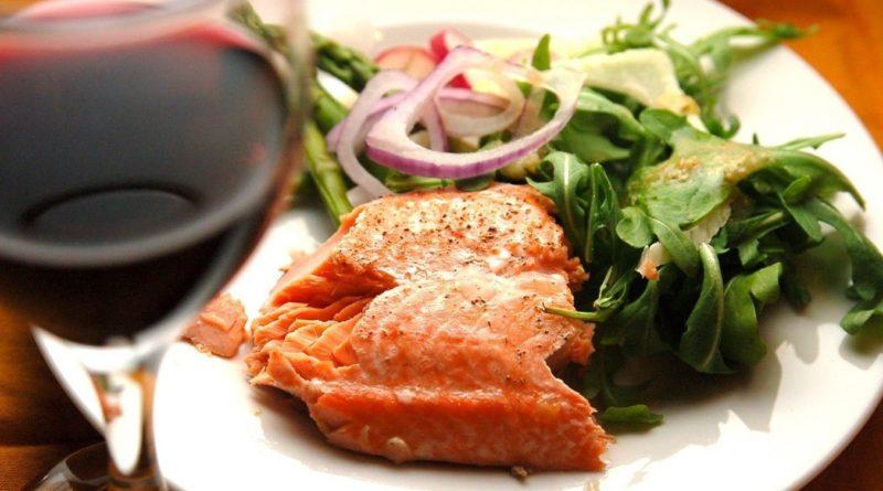 Рыбный салат с вином