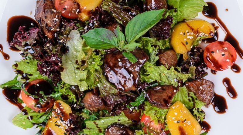 Теплый салат с печенью, грецкими орехами и коньяком