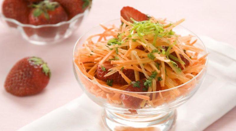 Клубничный салат с морковью
